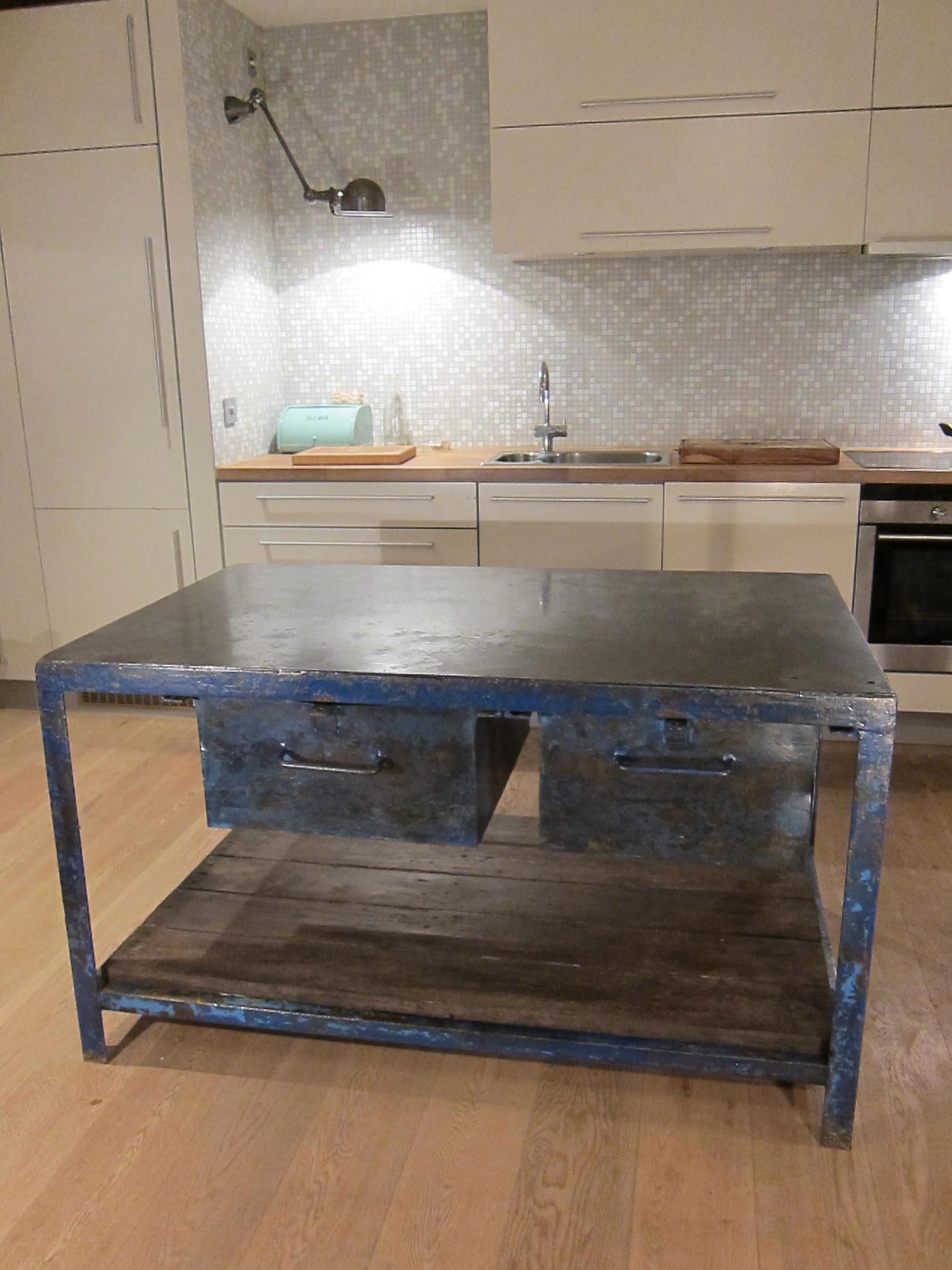 Stort bl?tt/gr?tt industrielt bord i metall, trehylle under, 2 store ...